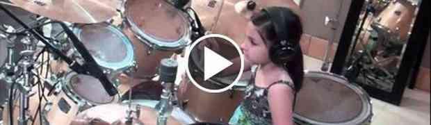 Ona ima svega 10 godina a mnogi bubnjari bi mogli učiti od nje!