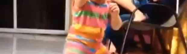 Ples ove bebice definitivno popravlja dan. Pogledajte i oraspoložite se!