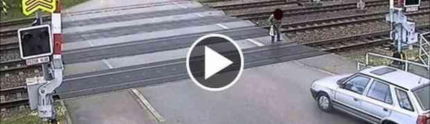 ZA DLAKU: Oprezno preko pružnog prelaza, ovaj čovjek je imao sreće