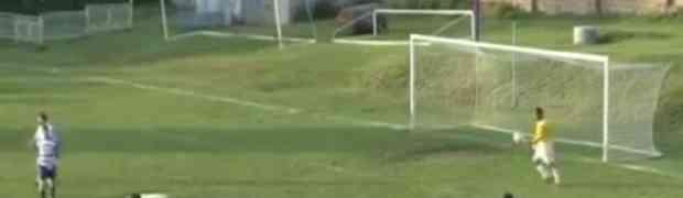 Golman se iznervirao pa sam sebi dao gol (VIDEO)