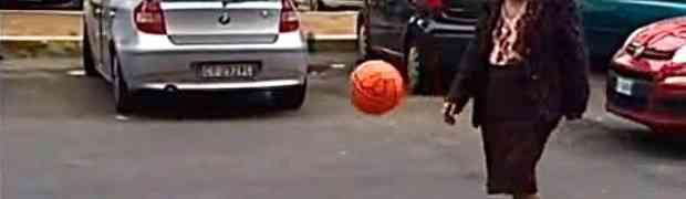 SUPER BAKA: Pogledajte šta zna i umije sa loptom! (VIDEO)