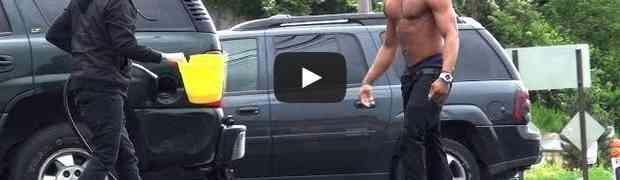 Uhvaćen da krade gorivo iz automobila, pogledajte reakciju vlasnika!