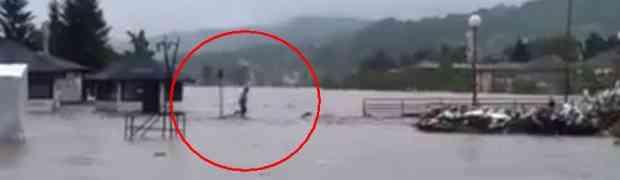 HRABROST ILI LUDOST: Mladić prelazi most preko nabujale rijeke (VIDEO)