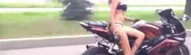 LUDA VOŽNJA: Djevojka na motoru radi što većina muškara ne bi smjela (VIDEO)