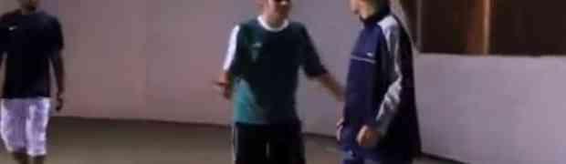 Pogledajte šta se desi kada djedica igra fudbal sa mladićima