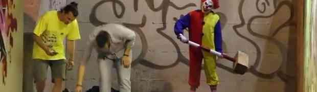 Obukao se u kostim klauna pa na smrt prepadao ljude (VIDEO)