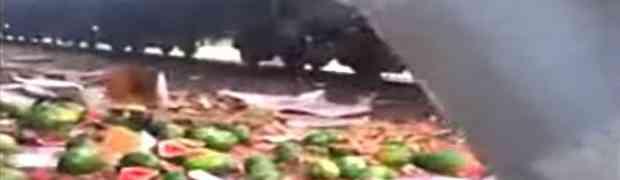 Ovako to izgleda kada teretni voz udari u kamion pun lubenica (VIDEO)