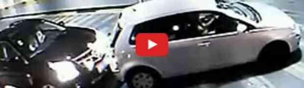 Neiskusna djevojka mu udarila automobil a pogledajte njegovu reakciju na to
