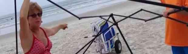 Uhvatio dvije starije žene kako mu kradu stvari na plaži! Evo šta se dalje dogodilo...