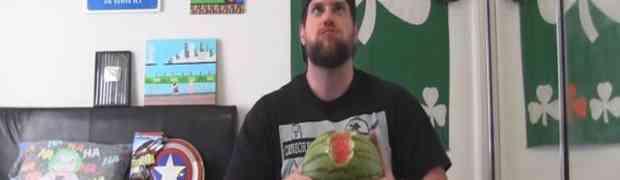 Pogledajte kako je čovjek pojeo čitavu lubenicu zajedno sa korom! (VIDEO)