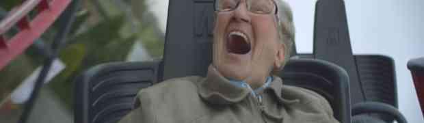 Starica od 80 godina po prvi put je sjela na rolerkoster! Pogledajte njenu reakciju!