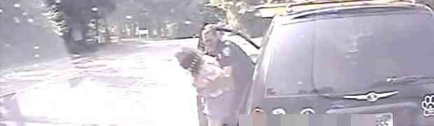Policajac zaustavio ženu pa joj sasvim slučajno spasio život (VIDEO)