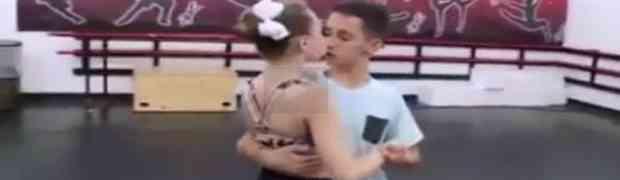 VIDEO: Poljubio djevojku prvi put, a onda se dogodilo nešto presmiješno