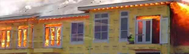 Pogledajte dramatični bijeg građevinca iz zapaljene zgrade! (VIDEO)