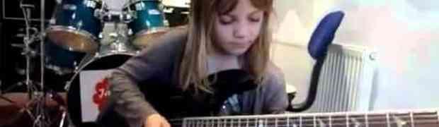 Ona ima svega 6 godina i rastura na električnoj gitari (VIDEO)