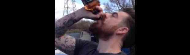 Popio flašu viskija za samo 13 sekundi i ostao na nogama (VIDEO)