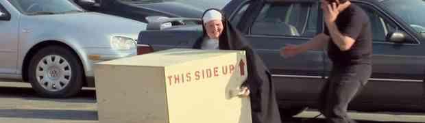 Časna sestra ih je zamolila da joj pomognu ponijeti kutiju, no ovome se sigurno nisu nadali!