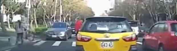 Biciklom se sudarila sa automobilom i preživjela nevjerovatnu nesreću bez ogrebotine! (VIDEO)