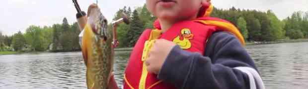 Ovaj dječak je upecao svoju prvu ribu, a pogledajte šta se dogodilo u nastavku...
