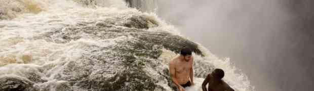 Našli su se na samoj ivici ogromnog vodopada. Dobro obratite pažnju na 1:10 sekundu videa!