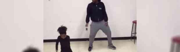 Brat i sestra stali su pred kameru. Pustili su muziku i počela je magija, obratite pažnju na njene noge! (VIDEO)