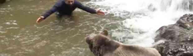 Medvjed je ugledao čovjeka nasred potoka, no ono što je uslijedilo gledaćete širom otvorenih očiju!