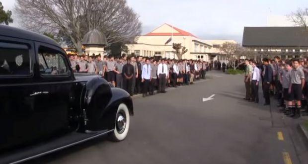 Cijela škola se pojavila na učiteljovoj sahrani, ali kada su uradili OVO – NA...