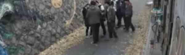 Mladići su opkolili djevojku, a onda su požalili što su se uopšte rodili! (VIDEO)