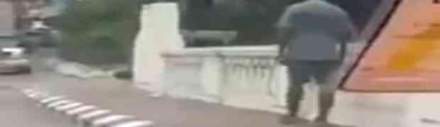 U Indiji snimili čovjeka koji u pola bijela dana hoda ulicom BEZ GLAVE! (VIDEO)