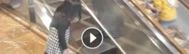 Djevojčica nije znala da je snimaju: Pogledajte šta je radila u trgovačkom centru! (VIDEO)
