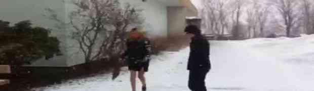 Mislila je da je mačka ako obuče štikle po ledu, a onda je vrlo brzo zažalila (VIDEO)