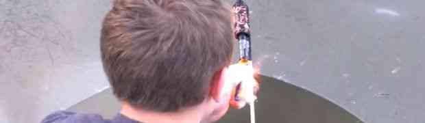 Zapalio je raketu i ispalio je ispod zaleđenog jezera. Ovako nešto nikada nisam vidio! (VIDEO)
