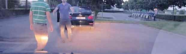Htio je da tuče vozača BMW-a, no kada je čovjek otvorio gepek OSTAO JE BEZ TEKSTA! (VIDEO)