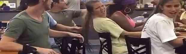 Povukao je crnkinju za rep i iščupao joj dio kose. Kada vidite šta mu je uradila ZANIJEMIĆETE! (VIDEO)
