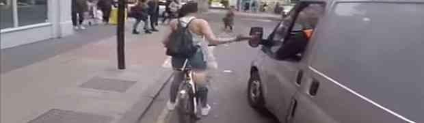Muškarci iz kombija vrijeđali su djevojku na biciklu. Ono što im je uradila na 1:01 pamtiće svoj cijeli život! (VIDEO)