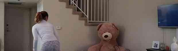 Čistila je po sobi, a onda je primjetila da se veliki plišani medvjed pomjera... Ovo ćete gledati u jednom dahu! (VIDEO)