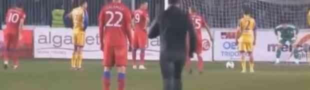 Navijač uletio u teren i udario protivničkog igrača u glavu. Ono što su mu uradili ostali fudbaleri PAMTIĆE DOK JE ŽIV!