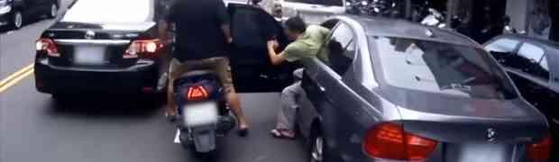 Udario je vozača skutera vratima svog automobila, a onda izašao da mu pomogne. BOLJE DA NIJE! (VIDEO)