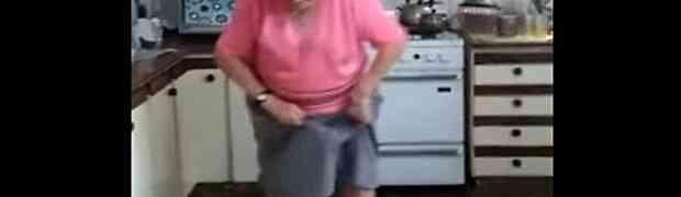 BAKICA RASTURA: Ples u kuhinji 74-godišnje starice, nasmijao je MILIONE LJUDI (VIDEO)