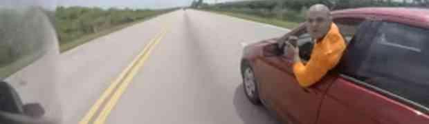 Vozeći se na motoru isjekao ga je ćelavi tip u crvenom automobilu, a onda je uslijedila prava DRAMA! (VIDEO)