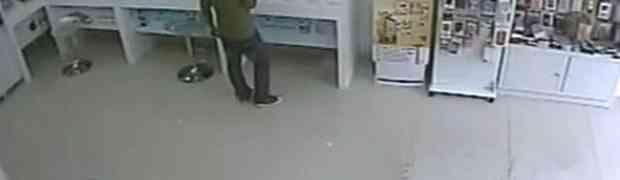 Htio je ukrade telefon iz prodavnice mobitela, ali nije mogao ni zamisliti da će mu se dogoditi OVO! (VIDEO)