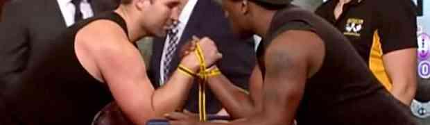 Takmičili su se u obaranju ruke, a onda je crnac uradio nešto nakon čega je sva publika ZANIJEMILA! (VIDEO)