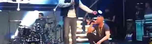 Pijani gledatelj popeo se na binu i krenuo da skine reperu cvike sa glave. Ovu noć će pamtiti dok je živ! (VIDEO)