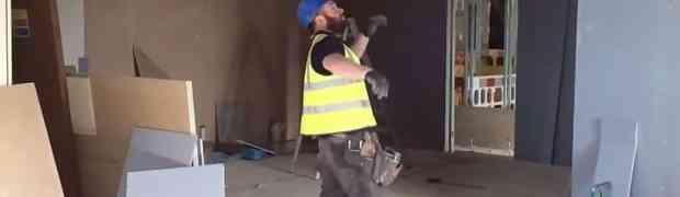 Ovaj fizikalac ubija na građevini: Kada vidite šta radi s čekićem, PAŠĆETE SA STOLICE! (VIDEO)