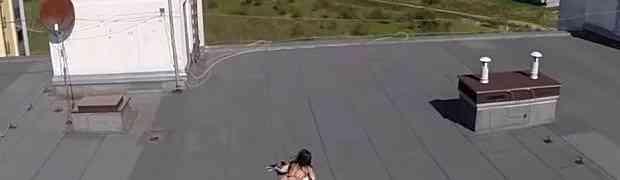 Dronom je snimao svoje naselje, a onda je na krovu jedne zgrade 'uhvatio' golu djevojku kako se sunča. Njena reakcija će vas NASMIJATI DO SUZA!