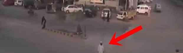 Pakistanac je sasvim normalno prelazio cestu, a onda mu se na 0:07 događa nešto najluđe što smo ikada vidjeli. WOW! (VIDEO)