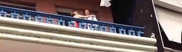 Njen muž se ranije vratio kući i zatekao je u krevetu sa drugim. Bijeg njenog švalera NE VIĐA SE NI U FILMOVIMA! (VIDEO)