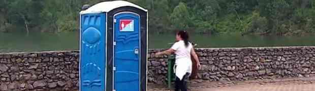 Ušla je u vanjski WC da obavi nuždu. Kada je završila i izašla vani, šokirala se prizorom! (VIDEO)