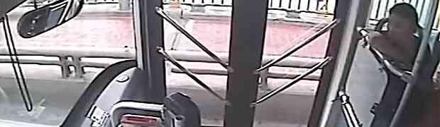 Htjela je da se ubije tako što će skočiti s mosta. Nećete vjerovati šta joj je uradio ovaj vozač autobusa! (VIDEO)