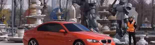 Izgleda kao sasvim obični crveni BMW... Kada vidite šta se događa na 0:35 PAŠĆETE SA STOLICE! (VIDEO)